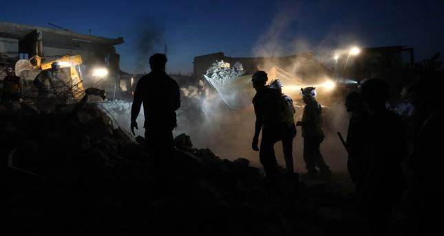 عمال الإغاثة في موقع تعرض لقصف روسي (رويترز)