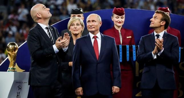 الرئيس الروسي فلاديمير بوتين أثناء مراسم تسليم كأس العالم لمنتخب فرنسا  (الأناضول)