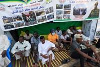 مصلون يحضرون صلاة الجمعة في الخرطوم الفرنسية