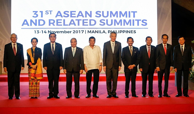 Leaders of the member states of the Association of Southeast Asian Nations (ASEAN) smile during a family photo before the opening session of the 31st  Summit, Manila, Philippines, Nov. 13, 2017. (EPA Photo)