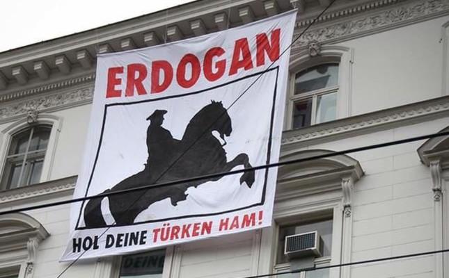 Wien: Rechtsradikale 'Identitäre Bewegung' hängt Plakat auf türkische Botschaft