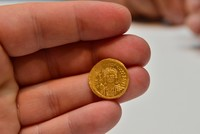علماء آثار أتراك يعثرون على 68 قطعة نقدية ذهبية بيزنطية