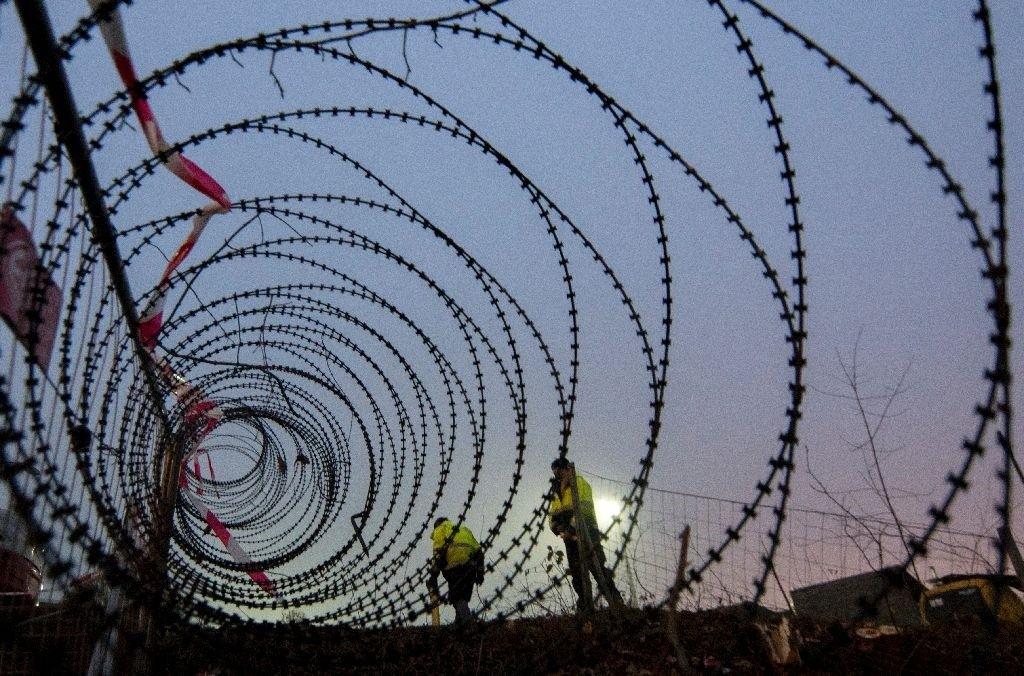 A barbed wire fence is erected at a border crossing between Austria and Slovenia at Spielfeld, Austria in December 2015 (AFP Photo)