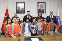 رئيس بلدية ولاية آغري مستقبلاً الأطفال في يوم السيادة الوطنية ويوم الطفل (الأناضول)