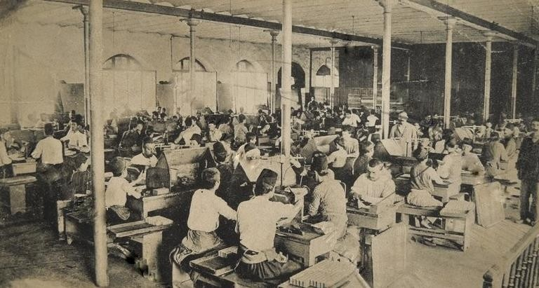 Workers at the Samsun Tobacco Factory in the early 20th century.