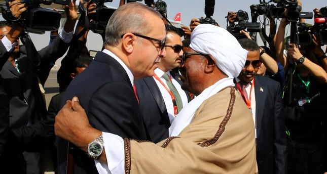 الرئيس السوداني عمر البشير اثناء استقباله أردوغان بمطار الخرطو دبسمبر 201)
