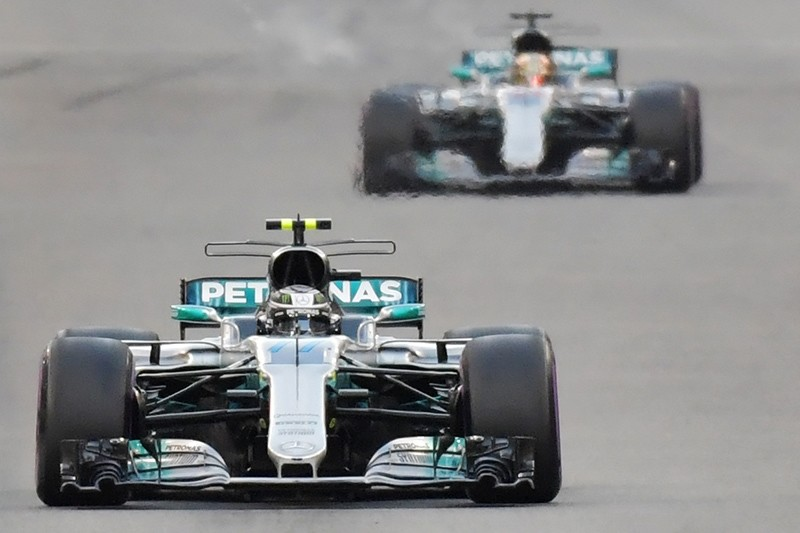 Mercedes' Finnish driver Valtteri Bottas steers his car followed by Mercedes' British driver Lewis Hamilton during the Abu Dhabi Formula One Grand Prix at the Yas Marina circuit, Abu Dhabi, United Arab Emirates (UAE), Nov. 26, 2017. (AFP Photo)