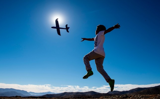 A boy plays with a toy plane on the eve of a solar eclipse, in La Higuera, Coquimbo Region, in the Atacama desert about 580 km north of Santiago, on July 1, 2019. (AFP Photo)