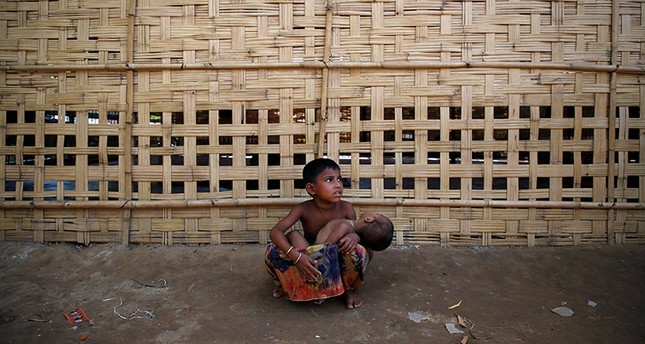 A Rohingya refugee girl takes care of her brother at Kutupalong refugee camp near Cox's Bazar, Bangladesh November 14, 2017 (Reuters Photo)