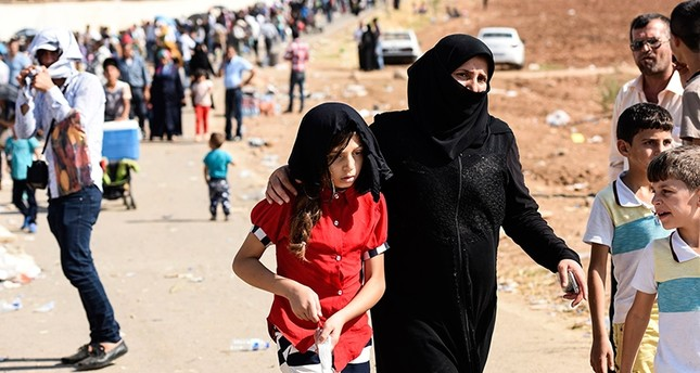Syrian refugees arrive at the Öncüpınar crossing gate, close to the town of Kilis, south central Turkey, in order to cross to Syria for Qurban Bayram (Feast of the Sacrifice), also known as Eid al-Adha, holiday, Aug. 28, 2017. (AFP Photo)