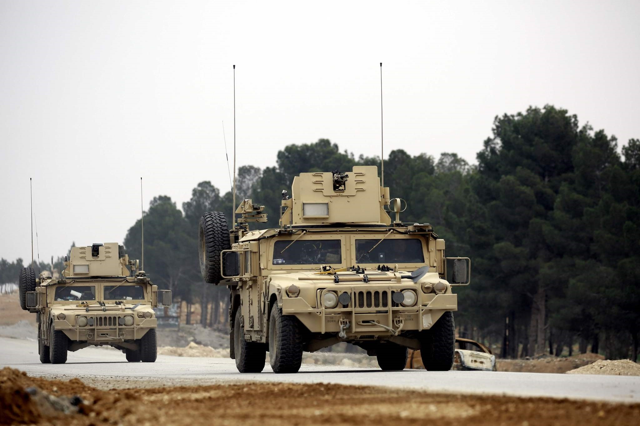 US forces drive a humvee as they patrol the roads surrounding the northern Syrian city of Manbij on March 3, 2017. (AFP Photo)