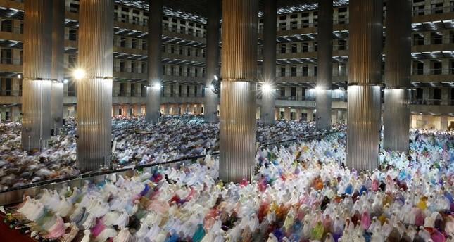 Muslims attend the Ramadan tarawih prayer at Istiqlal mosque in Jakarta, Indonesia, June 5, 2016.emREUTERS Photo/em