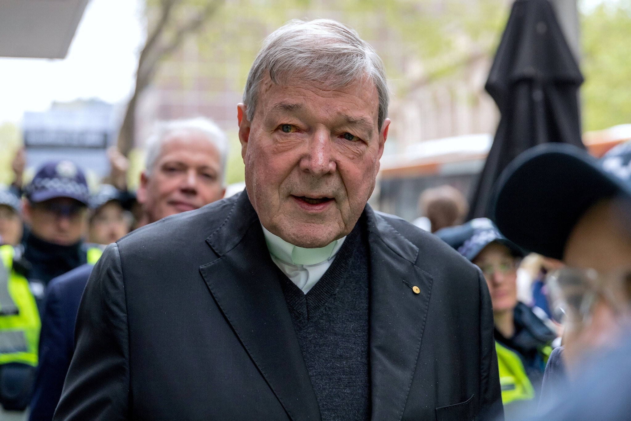 Vatican Treasurer Cardinal George Pell is surrounded by Australian police as he leaves the Melbourne Magistrates Court in Australia, October 6, 2017. (REUTERS Photo)