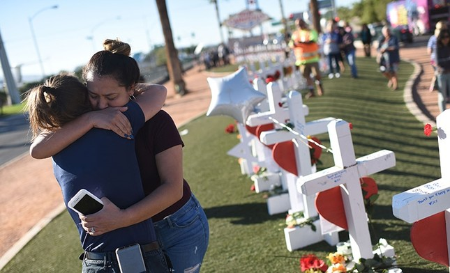 Melissa Gerber (L) and Sandra Serralde (R) comfort each other beside 58 white crosses for the victims of Sunday night's mass shooting on the south end of the Las Vegas Strip, Oct. 6, 2017 in Las Vegas, Nevada, U.S. (AFP Photo)