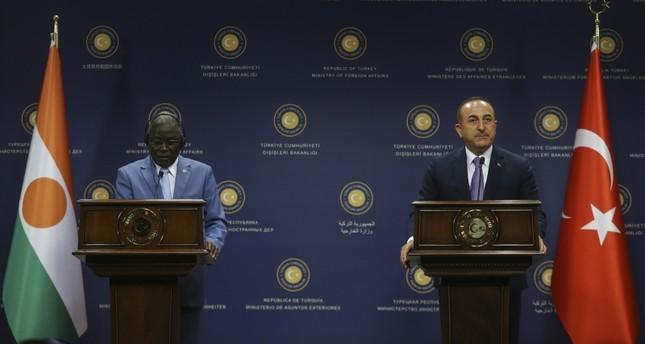 وزير الخارجية التركي مولود تشاوش أوغلو خلال مؤتمر صحفي مع نظيره النيجري كالا أنكوراو في العاصمة أنقرة (الأناضول)