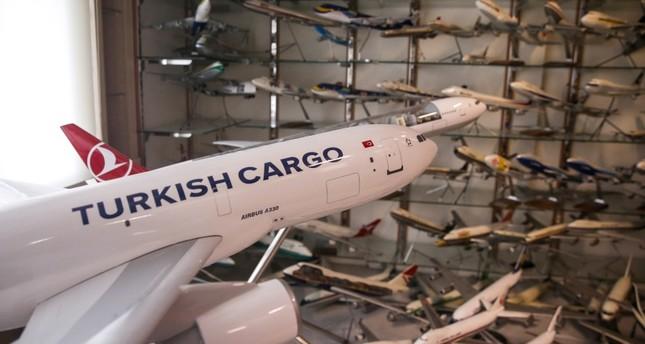 تركي يجمع 12 ألف نموذج من طائرات العالم
