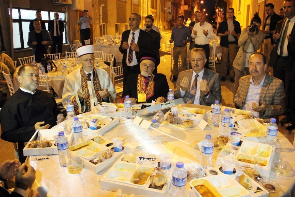 Chief rabbi of Jewish community İsak Haleva (below,center) accompanied muftis and a Christian priest at an iftar table.