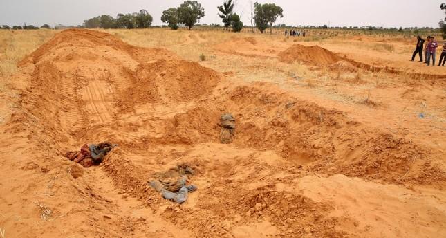 مقابر جماعية تم العثور عليها في مدينة ترهونة الليبية بعد طرد ملشيات الكانيات منها الأناضول