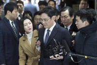 Der inoffizielle Chef des südkoreanischen Mischkonzerns Samsung ist wegen Präsidenten-Bestechung und anderer Vorwürfe verhaftet worden.  Nach einer mündlichen Verhandlung erließ das Seouler...