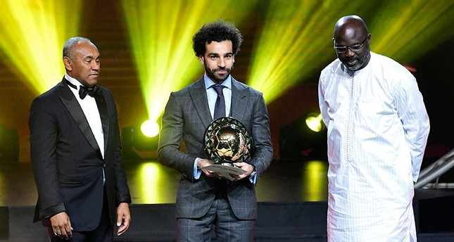 Confederation of African Football (CAF) Pres. Ahmad Ahmad (L) poses after handing the 2018 African Footballer of the Year Award to Liverpool Egyptian forward Mohamed Salah (C) past Liberian Pres. George Weah in Dakar on Jan. 9, 2019. (AFP Photo)