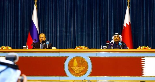 وزير الخارجية الروسي سيرغي لافروف في مؤتمر صحفي مع نظيره القطري محمد بن عبد الرحمن آل ثاني بالدوحة (وكالة الأنباء الفرنسية)
