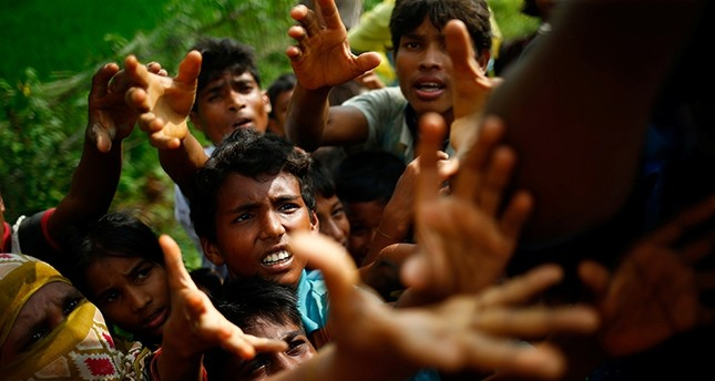 Rohingya refugees stretch their hands for food near Balukhali in Cox's Bazar, Bangladesh, September 4, 2017 (Reuters Photo)