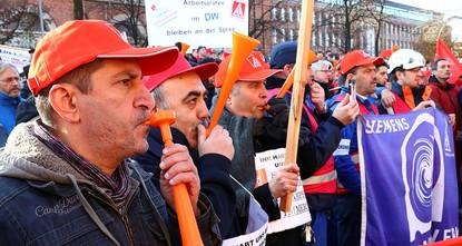 pVor der Berliner Siemens-Zentrale haben Tausende Mitarbeiter des Elektrokonzerns gegen den geplanten Stellenabbau protestiert./p  pNach Angaben der IG-Metall versammelten sich 1300 Beschäftigte...
