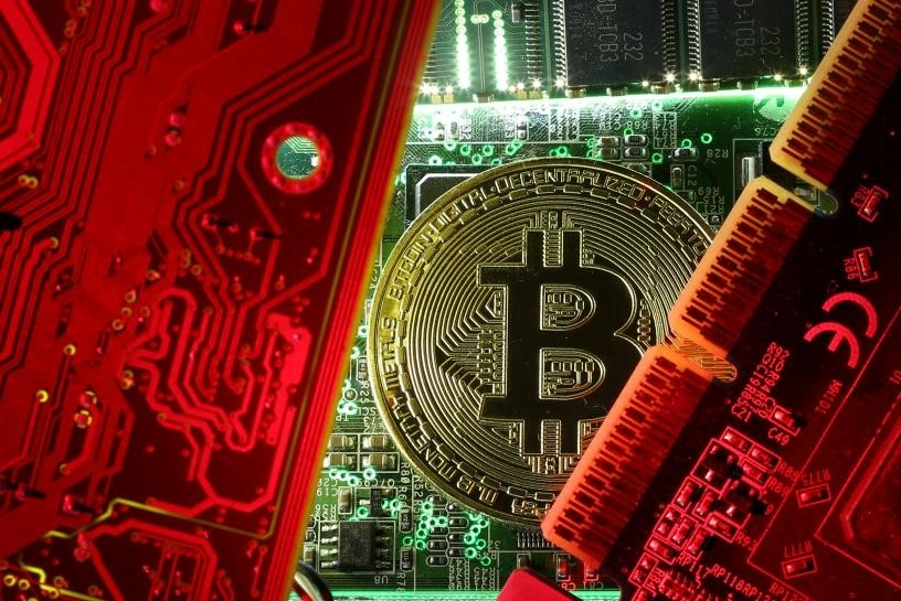 A coin representing the bitcoin cryptocurrency is seen on computer circuit boards in this illustration picture, October 26, 2017. (REUTERS Photo)