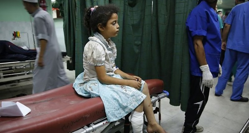 A Palestinian girl who medics said was injured by Israeli shelling during an Israeli ground offensive, sits on a bed at a hospital in Beit Lahita in the northern Gaza Strip July 30, 2014. (Reuters Photo)