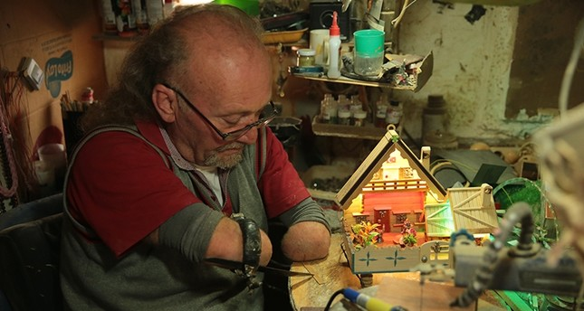 رغم فقدانه يديه.. تركي يشارك في معارض ويصنع مجسمات خشبية