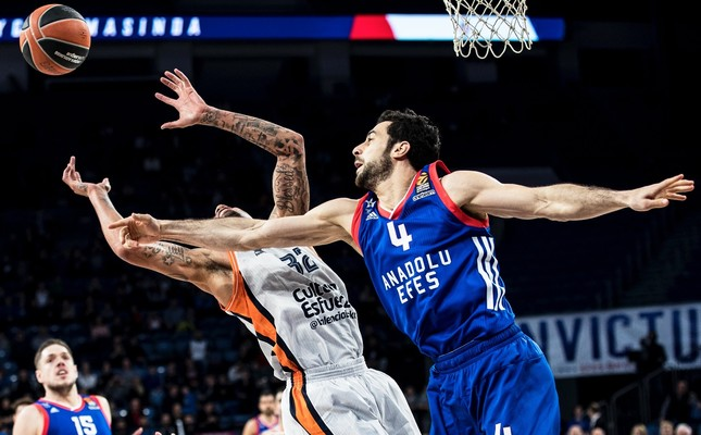 Valencia's Erick Green (L) in action against Anadolu Efes's Doğuş Balbay (R) during the Euroleague basketball game in the 21st round.