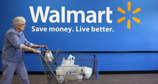 A customer leaves a Wal-Mart store in Rogers, Arkansas June 4, 2009 (Reuters Photo)