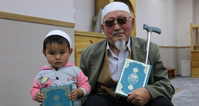 وقف تركي يوزع 4 آلاف نسخة مترجمة من القرآن الكريم في منغوليا