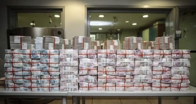 قام المسؤولون بعرض أوراق نقدية بقيمة 20 مليون ليرة تركية فقط من الجائزة الكبرى لحث الفائز على المطالبة بمكافأته (الأناضول)