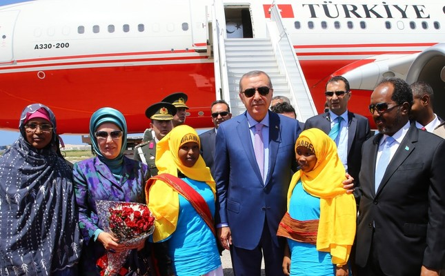 President Erdoğan and his spouse welcomed by his Somali counterpart at the Mogadishu International Airport on Friday.
