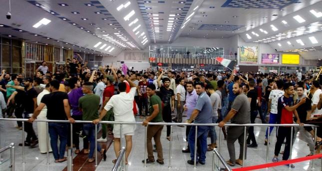 متظاهرون عراقيون يقتحمون مطار النجف