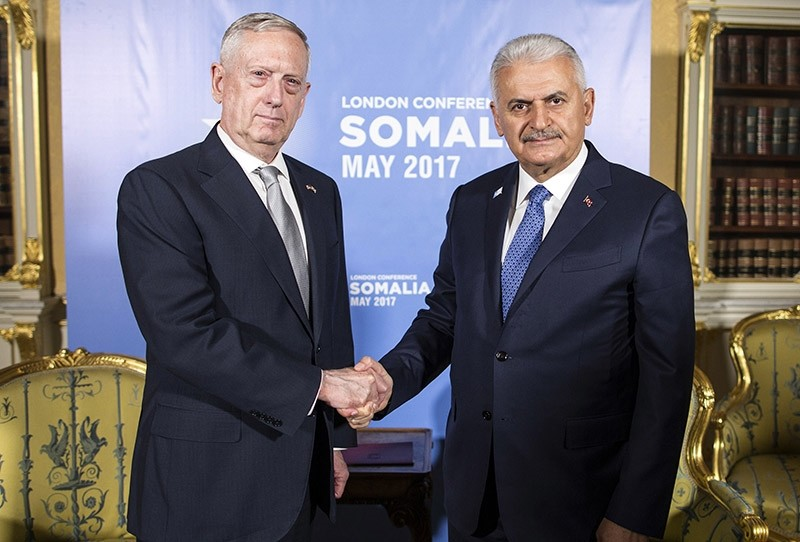 Prime Minister Binali Yu0131ldu0131ru0131m shakes hands with U.S. Secretary of Defense James Mattis (left), ahead of the Somalia Conference, in London, Thursday, May 11, 2017 (AP Photo)