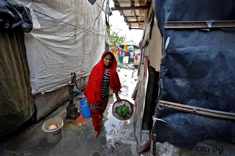 A woman from the Rohingya community carries vegetables in a camp in Delhi, August 17, 2017. (Reuters Photo)