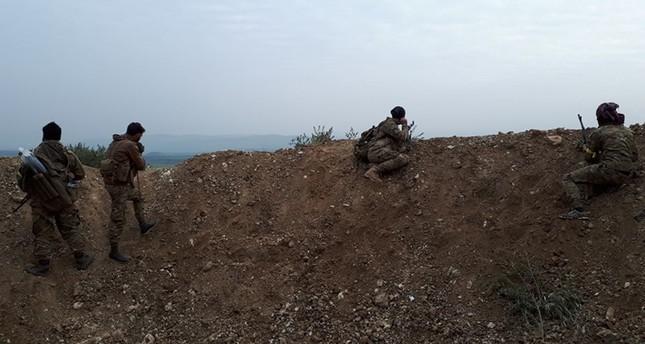 مقاتلون من الجيش الحر على تلة النسرية (الأناضول)