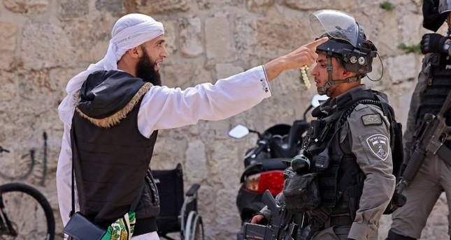 الشرطة الإسرائيلية تقتحم الأقصى ومواجهات مع الفلسطينيين