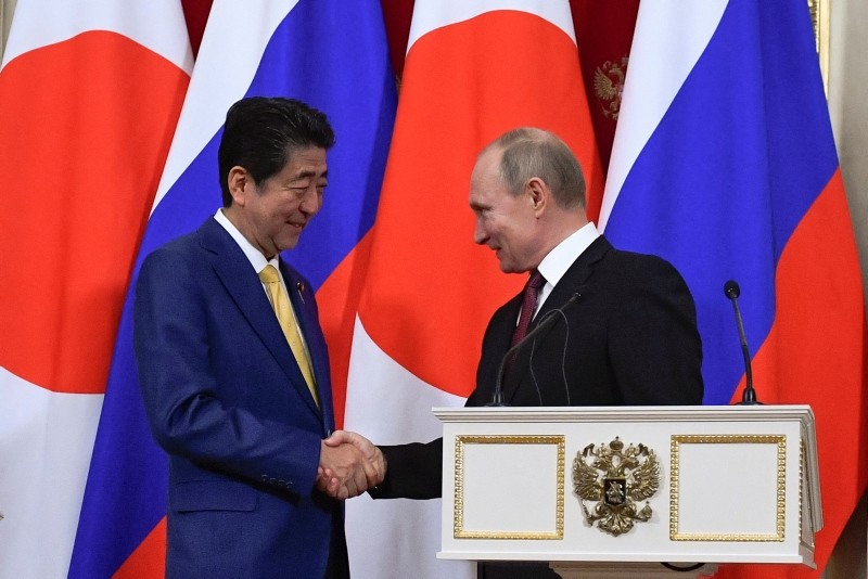 Russian President Vladimir Putin (R) and Japanese Prime Minister Shinzo Abe shake hands while making a joint statement following their meeting at the Kremlin in Moscow, Russia January 22, 2019. (Reuters Photo)