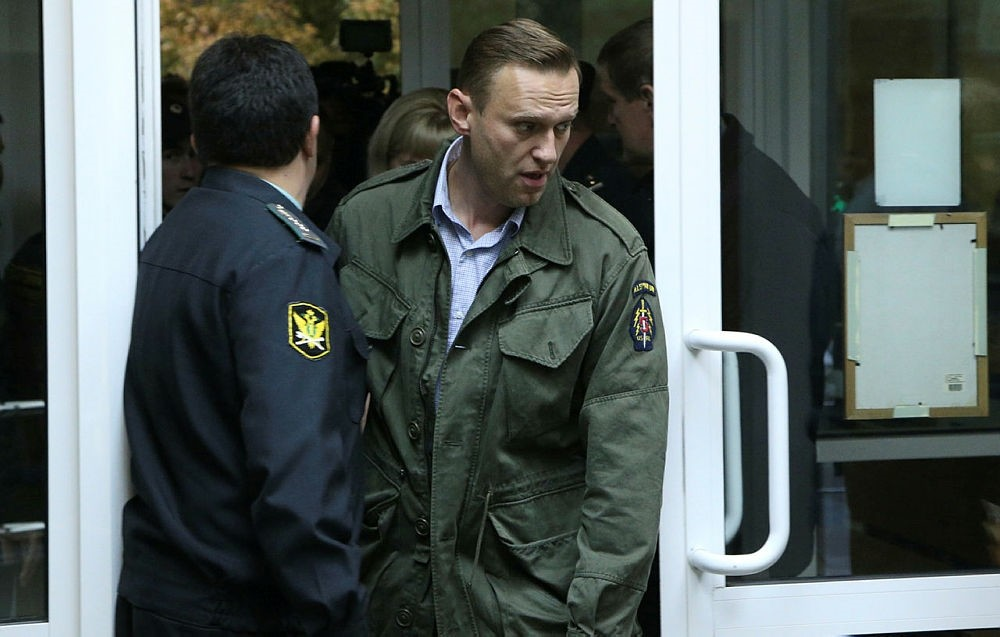 Russian opposition leader Alexei Navalny (R) arrives to attend an administrative hearing at he Simonovsky district court in Moscow, Russia, 02 October 2017. (EPA Photo)