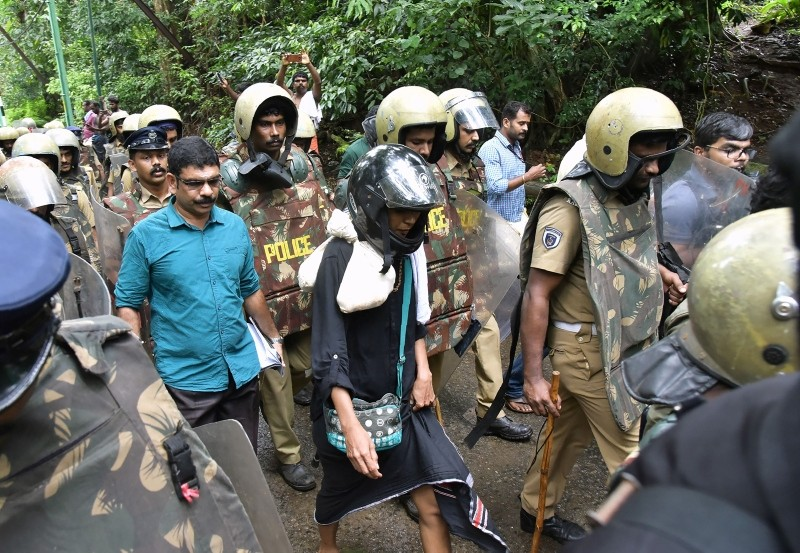 Indian activist Rehana Fatima (C) walks with police wearing protective gear near the Lord Ayyappa temple complex at Sabarimala in India's Kerala state on October 19, 2018. (AFP Photo)