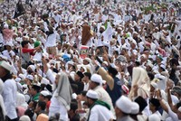 200,000 Indonesians protest Jakarta governor for insulting Islam