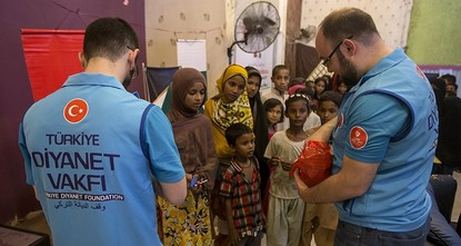 pThe Türkiye Diyanet Foundation (TDV) distributed food aid packages to 350 families, including widows and orphans who had come from Myanmar and Bangladesh, in the Pakistani city of Karachi as part...