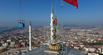 pDie weltgrößte Halbmondsichel mit 7,77 Metern Länge und einem Gewicht von 4,5 Tonnen wurde am Samstag auf die Kuppel der Çamlıca-Moschee in Istanbul aufgestellt./p  pDie nanotechnologisch aus...