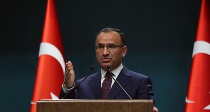 انتقد المتحدث باسم الحكومة التركية بكر بوزداغ، الثلاثاء، التصريحات الأمريكية الأخيرة بشأن الوضع في منطقة عفرين شمالي سوريا.  وأوضح بوزداغ في سلسلة تغريدات عبر