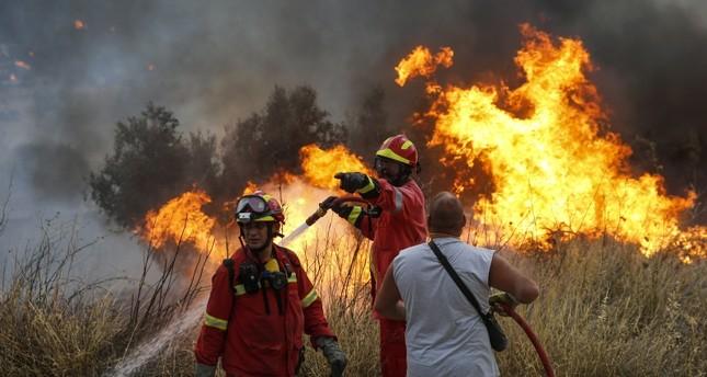 حرائق اليونان تقتل 60 شخصاً على الأقل قرب أثينا وتركيا تعرض المساعدة