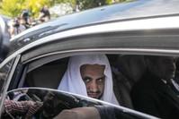 النائب العام السعودي سعود المعجب عقب خروجه من مقر القنصلية السعودية بإسطنبول (EPA)