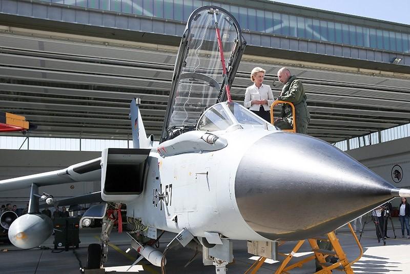 German Defense Minister Ursula Von Der Leyen (L) speaks with a pilot next to the cockpit of German tornado jet. 2016. (EPA File Photo)